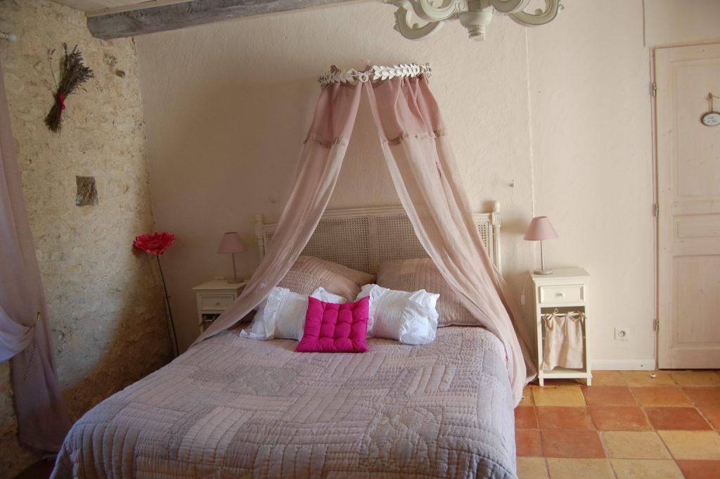 chambre avec cheminée, chambre d'hote, lit- king- size, chambre-d'hot- romantique, chambre-d'hote-sud-ouest-pisicine, chambre-d'hote-charme-sud-ouest,chambre-d'hote-languedoc-roussillon-midi-pyrénées, chambre-d'hote-avec-piscine,chambre-d'hote-avec-cheminée