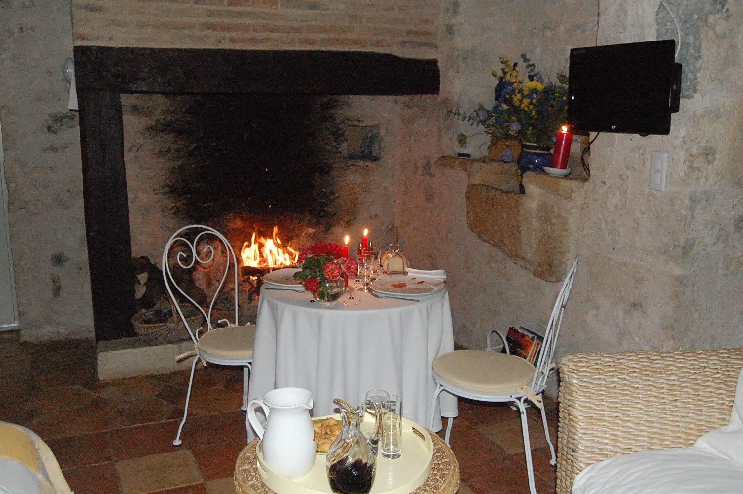 chambre d'hôte avec cheminée, repas aux chandelles avec feu de cheminée, week end amoureux avec cheminée, chambre avec cheminée, séjour romantique avec cheminée